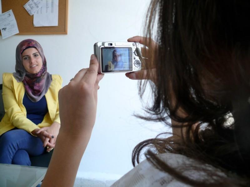 Woman shooting photo in Shou Osstik? program.