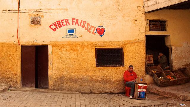 Vendores wait for clientele next to an Internet cafe inside the medina of Fez, Morocco (@torrenegra).
